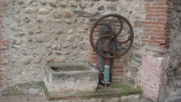 Une ancienne fontaine