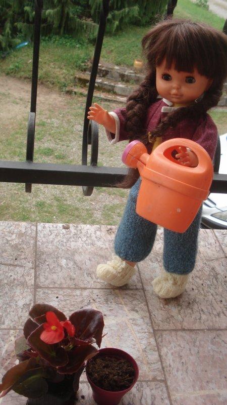 Elle arrose et plante les bégonias