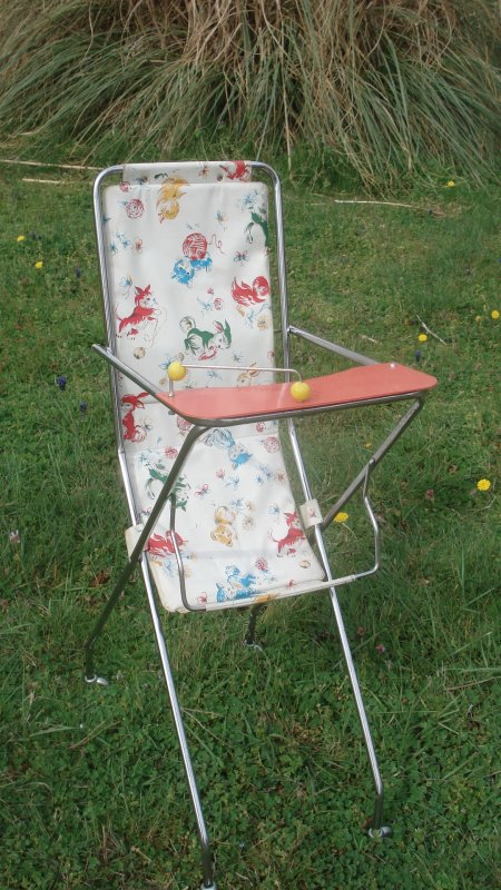 La même amie qui m'a offert la table à repasser m'a apporté cette chaise haute ancienne