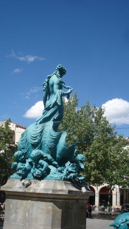 Une statue sur la place