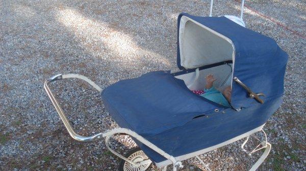 Nouveau : la même amie qui m'a offert la chaise haute et la table de repassage, est arrivée avec ce landau que mon mari a réparé