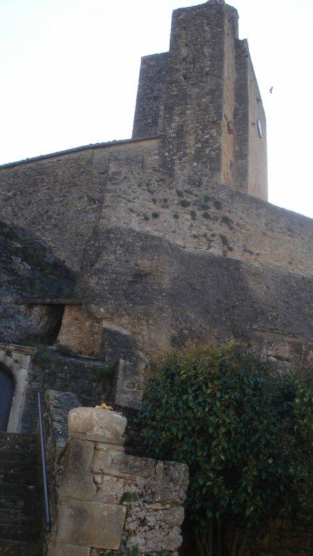 Dans le 09, une église construite dans la roche avec un nom à 4 lettres. Pour l'honneur