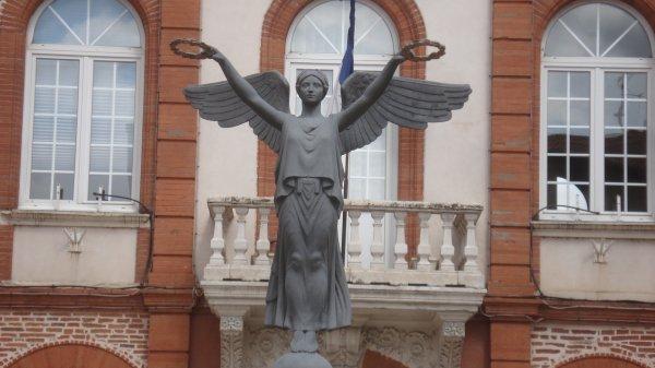 premier village ariégeois en venant de Toulouse; Facile ! ici, une statue