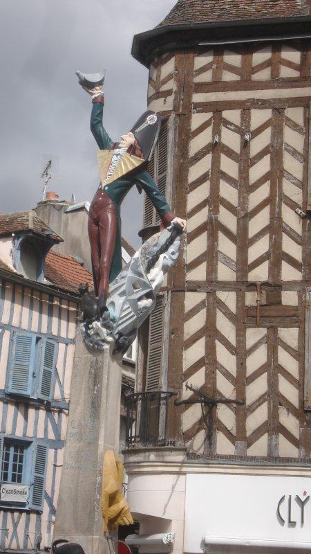 Dans l'Yonne, ici, la statue de Cadet Roussell (Bel indice !)
