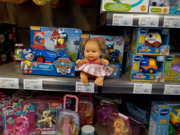 La petite aime les jouets