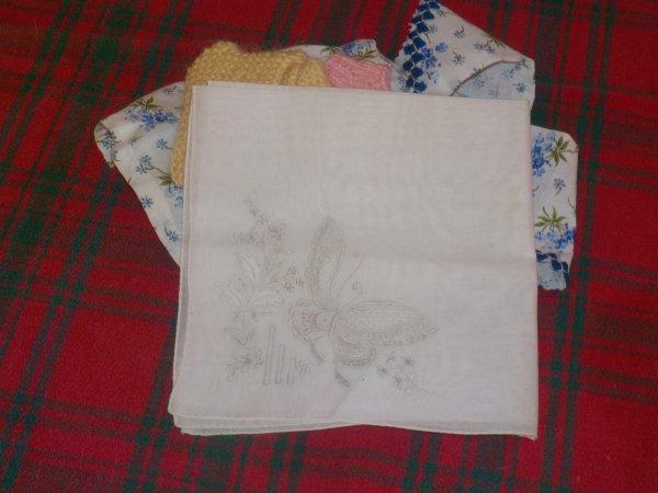 Et, enfin, un cadeau de Mylène dont un superbe mouchoir brodé que nous allons encadrer. merci à toutes les trois
