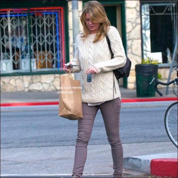 """. Le 23 Mars 2012 -   Ellen Pompeo et sa fille Stella se promenant dans le """"Griffith Park"""" à Los Angeles. ."""