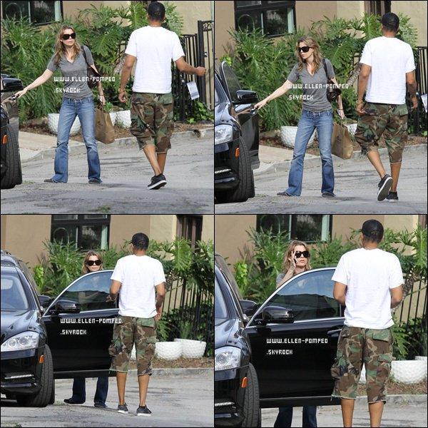 . Le 05 Mars 2012 -   Ellen et son mari Chris devant chez eux à Los Angeles.