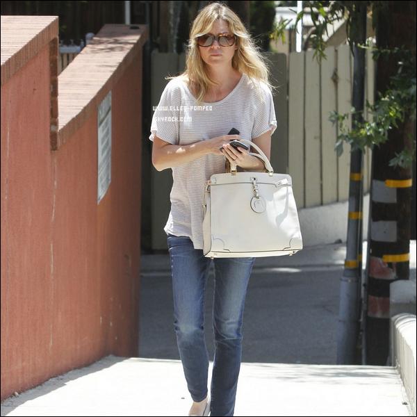 . Le 18 Mai 2012 -   Ellen Pompeo achetant des livres et des magazines dans librairie de West-Hollywood, à Los Angeles.