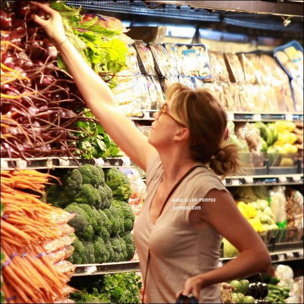 . Le 06 Juillet 2012 -   Ellen et une amie faisant les magasins à Los Angeles.