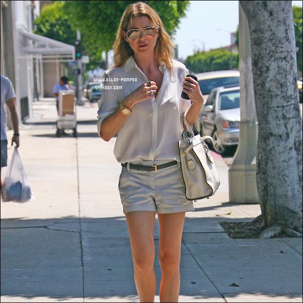 """. Le 17 Août 2012 -   Ellen et une amie se rendant un cinéma voir le film """"The Bourne Legacy"""" avec du Popcorn à Los Angeles."""