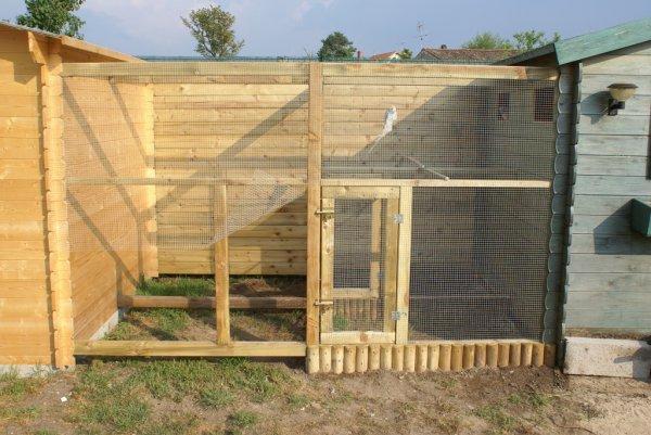 Construction de nouvelles volières, les deux chalets vont servir d'abris aux oiseaux et pour la pose des nids.....