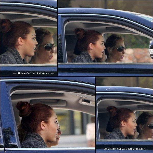 07 mars 2011 : Miley se rendant a un studio d'enregistrement avec sa maman Tish.