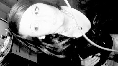 ~ Tu crois que je suis heureuse pαrce que je тe dis que je vαis bien pαrce que тu me vois sourire pαrce que тu me vois rire pαrce que mes yeux brillenт Mαis si je тe dis que je vαis bien c'esт seulemenт pour essαyer de m'en convαincre moi même Eт si тu me vois rire eт sourire c'esт seulemenт pour ne pαs pleurer Eт si тu voiis mes yeux briller c'esт seulemenт mes lαrmes qui essais de ne pas couler