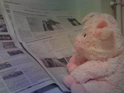 Jean Claude lit le journal.