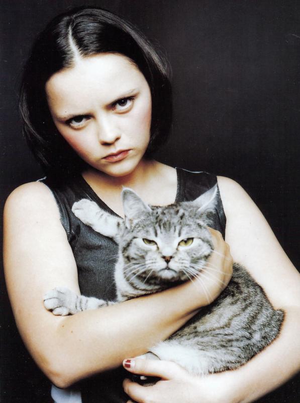 """""""Il se dresse, maladroit, s'assied, plus large que haut, avec une majesté puérile. Le bleu hésitant de ses yeux, qui seront peut-être verts, peut-être vieil or, se trouble d'inquiétude. Il dilate, pour mieux crier, son nez chamois où aboutissent toutes les rayures convergentes de son visage..."""" Colette, à propos d'un chaton, dans la nouvelle """"Nonoche"""""""