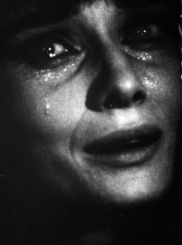 Tels Alice au Pays des Merveilles, piquons une tête dans un bain de larmes