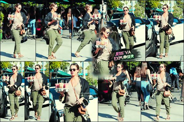 . 07/10/2017 - Jess  se  promenait, avec un ventre bien arrondi, dans les rues de West Hollywood.  Le ventre de notre latina se voit de plus en plus..  Ça a l'air de pousser là-dedans ! Dommage que le sexe ne soit pas révélé. Pressé ?? .