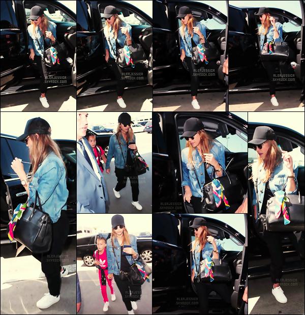 . ►NEWS__C'est allant prendre un vol à l'aéroport  « LAX » à L.A que Jess' est aperçue ce 10 juillet ! C'est en compagnie de sa fille, qu'on voit Jessica allant prendre un vol, - direction Hawaï pour des superbes vacances en famille. .