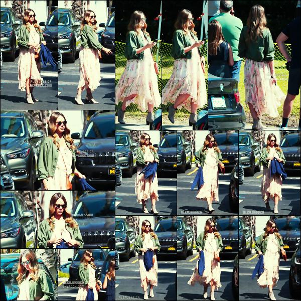 .  Jessica Alba  allant célébrer   l'anniversaire  de sa maman ce 08/10/17 à Marina Del Rey - Los Angeles !  .