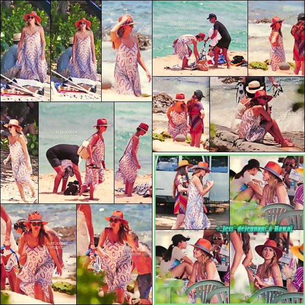 . 17/07/2017 - Durant cette belle journée, Jessi' & sa petite famille étaient sur une plage à Hawaï ! Jessica adopte un look relax, détente, idéal pour aller à la plage et qui lui va à ravir. On peut dire que cette tenue est sympa. Top/flop? .