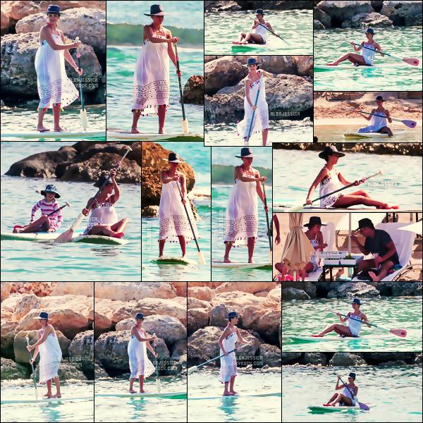 . Voici les premières photos des vacances de  Jess' Alba prises ce 14 juillet ensoleillé,  dans l'État  d'Hawaï ! .