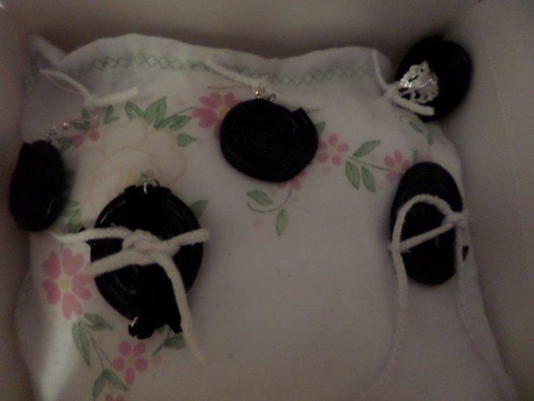 la parure de bijoux r glisse sur son coussin blog de cadeauxmaisonpascher. Black Bedroom Furniture Sets. Home Design Ideas