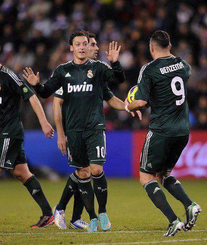 Valladolid 2-3 Real Madrid (7 ', 22' Manucho | 12 'Karim Benzema, 45', 74 'Mesut Özil). ¡Hala Madrid!