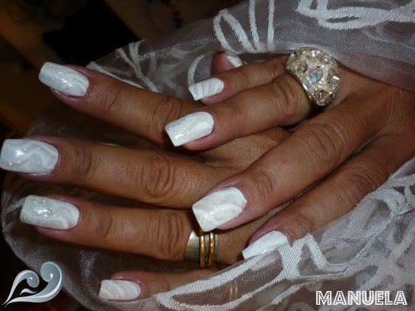 Pose sur ongle naturel, déco à la peinture blanche, pailletes reflet dorée  et gel blanc nacrée