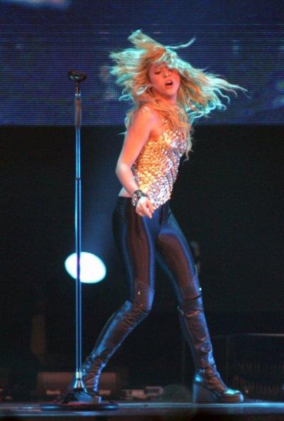 Shakira : Dans un drôle de sac poubelle rose sur scène !