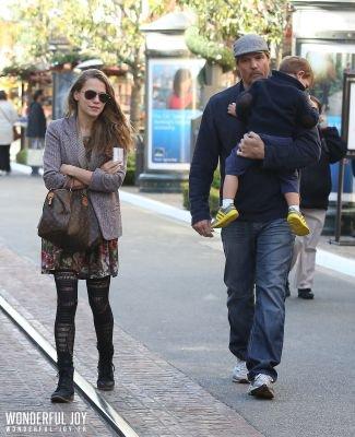 """Le 9 décembre, Bethany Joy Lenz a été vue se promenant à The Grove (un grand complexe commercial et de divertissement situé à Los Angeles) en compagnie de Paul Johansson qui a été son partenaire dans la série """"One Tree Hill"""" durant neuf années."""