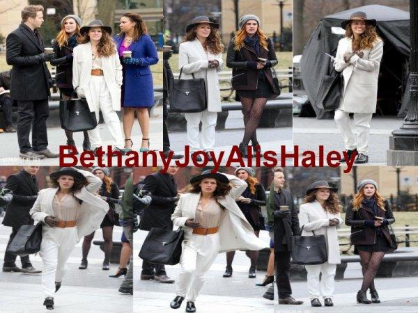 """Bethany Joy Lenz a été prise en photo (en compagnie de ses collègues) sur son sixième jour de tournage du nouveau pilote """"Songbyrd"""". Le tournage à eu lieu au Washington Square Park. Les photos sont classées dans deux albums différents.Parti 1"""
