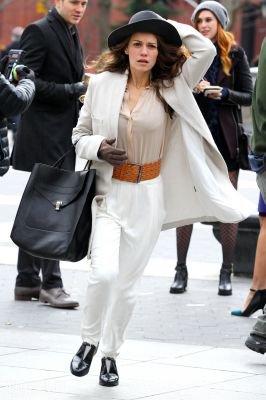 """Bethany Joy Lenz a été prise en photo (en compagnie de ses collègues) sur son sixième jour de tournage du nouveau pilote """"Songbyrd"""". Le tournage à eu lieu au Washington Square Park. Les photos sont classées dans deux albums différents.Parti 4"""