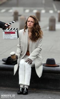 """Bethany Joy Lenz a été prise en photo (en compagnie de ses collègues) sur son sixième jour de tournage du nouveau pilote """"Songbyrd"""". Le tournage à eu lieu au Washington Square Park. Les photos sont classées dans deux albums différents.Parti 5"""