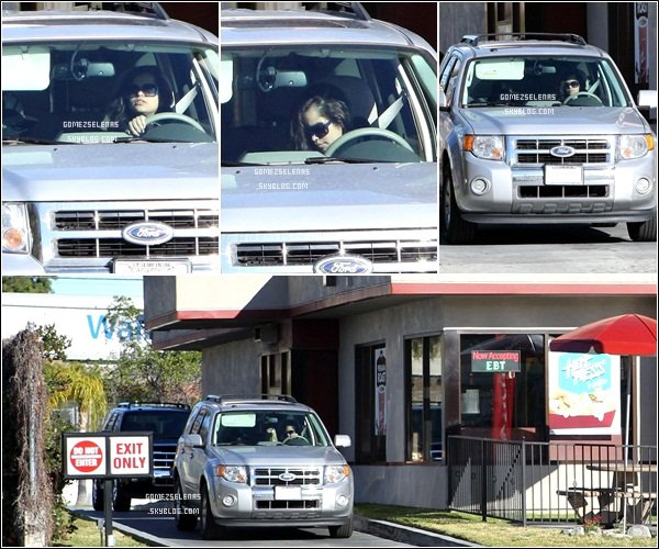 "*   03/02/13 - Selena a été aperçue au drive-in du restaurant ""Jack in The Box's"" à Los Angeles.  *"