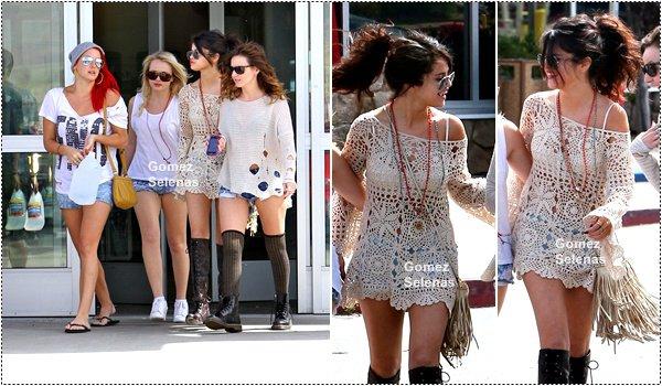 *   06.04.13 - Selena a fait du shopping avec ses amies à Los Angeles. (+vidéo en dessous)*