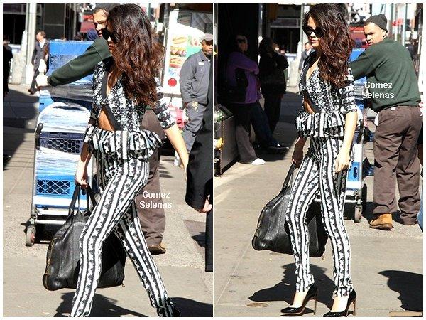 *   25.04.13 - Selena, fatiguée, et son beau-père arrivant à l'aéroport de LAX à Los Angeles.*