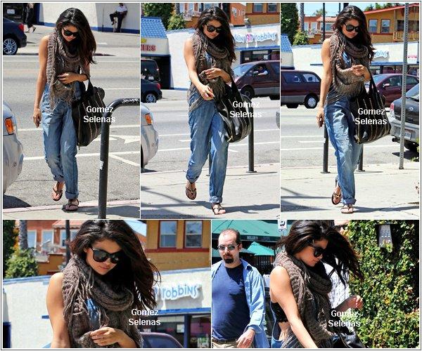 *   26.04.13 - Selena quittant le Pop Physique après un cours de pilate à Los Angeles.*