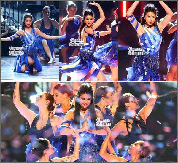 """*   27.04.13 - Selena était présente à la cérémonie """"Radio Disney Music Awards"""" à L.A.*"""