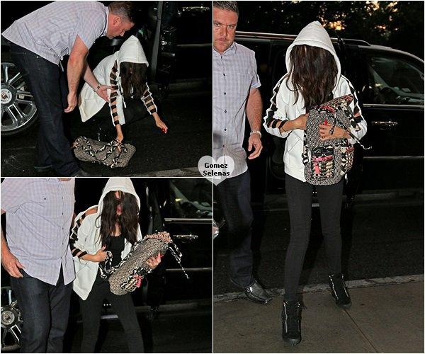 *   24.07.13 - La nuit, Selena G. a été vue très fatiguée, arrivant dans un hôtel à New York.*