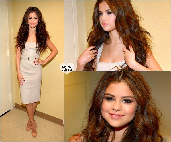 """*   25.07.13 - Selena était l'invitée de l'émission """"Live with Kelly & Michael"""" à New York.  Elle y a d'ailleurs donné une performance de son nouveau single, Slow Down et quelques photos. Tu aimes?  *"""