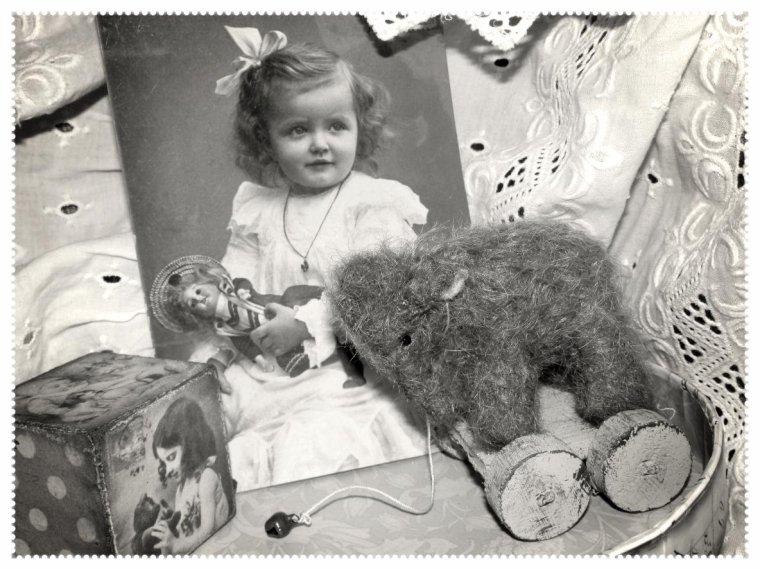 """"""" Éfélant """" est un petit ours de création de style vintage, Anglais."""