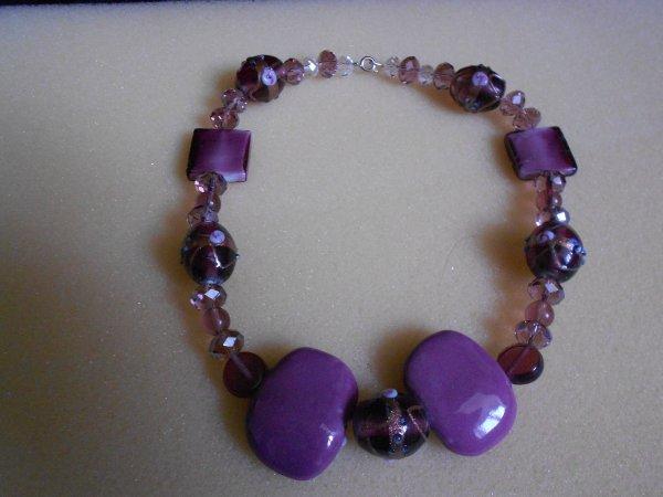 collier avec perles transparentes et perles du violet au mauve
