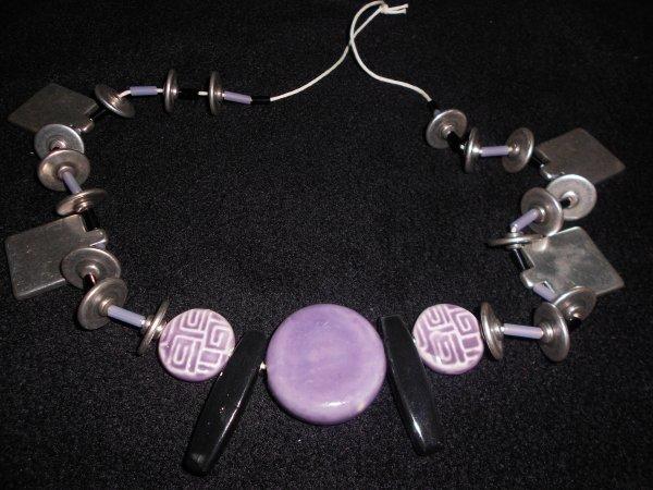 sautoir sur cordon blanc avec perles métal, tubes boires et mauves et perles en céramiques noires et mauves