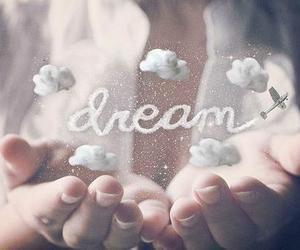 """""""Rêver d'une chose fabuleuse, et se rendre compte que se n'était qu'un rêve.."""""""