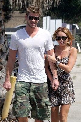 """.. Un chagrin d'amour en plus pour Miley, Liam c'est du passé !  ..   C'est la fin de la relation comme on la nommait « Miam » ou encore « Liley » qui unissait les deux êtres Miley Cyrus et Liam Hemsworth qui s'étaient connus en juillet 2009 sur le tournage de leurs films en commun The Last Song. Après plus d'un an de relation, Liam aurait décidé de mettre une fin à leur histoire pour cause ce scandale cetainement  Liam aurait mal digéré de voir les photos de Miley entre les jambes d'un autre mec. . Peu avant leur séparation Liam a été vu en compagnie d'une blonde qui se nommerait Melissa à plusieurs reprises quand il était à """"l'Us Open Surf competition"""". Il a ensuite rendu visite à Miley sur le tournage de « Lol » qui a durée seulement 24 heures. Une source décrit « Les deux visites ont été que d'environ 24 heures à chaque fois, c'était le choix de Miley ». Mais que c'est-il passé, pourquoi cette rupture soudaine ?! Une source anonyme a révélé au site E ! Online : « Depuis que Miley est partie pour Detroit, elle est concentrée sur son travail. Liam voulait plus, mais et elle a d'autres priorités. Miley ne sort avec personne d'autre. » Elle pensait qu'il était « l'homme de sa vie » et qu'elle avait assuré à Liam qu'il ne passerait jamais après sa carrière.  .."""