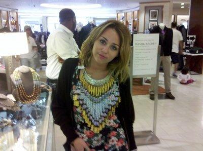 ..  Miley a été photographiée par des fans dans un magasins de bijoux dans le Michigan  ..  Offres De Chiffres Cliic.