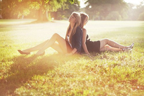 ~ Tu es comme ma soeur et quand on a des familles aussi dingues que les notres, il faut se soutenir. ♥ ~