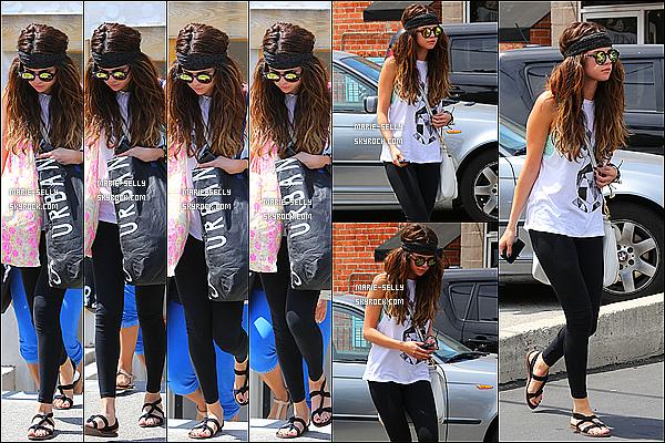 01/06/13 : Selena Gomez aperçu faisant du shopping chez Urban Outfitters et Free People à Los Angeles