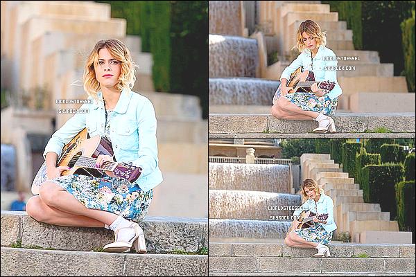 .                                                                                                                                                                                        20/08/14 : Martina Stoessel a été aperçue devant les StudiosBaires par ses fans appelées #Tinistas.                                                                                                                                                                                          La belle ne manquait aucun sourire ! Elle prenait des photos & signait des autographes à ses fans. Un beau TOP pour son look.                                                                                                                                                                                          .
